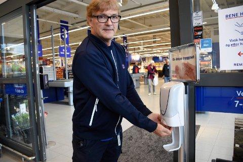 SVÆRT NØYE: I likhet med de aller fleste kundene, desinfiserer Knut Tveter hendene hele tiden. Han har satt inn mange tiltak for å drive effektivt smittevern i butikken på Eikli.