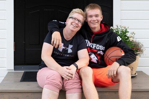 KONFIRMASJON: Nå blir det konfirmasjon. Endelig tør mamma Monica Brennhovd Nævdal (46) og tro at det ikke blir noe koronatull før søndag. – Det blir som julaften dette. Jeg gleder meg, sier Oliver (15) som konfirmeres i Lunder kirke søndag.