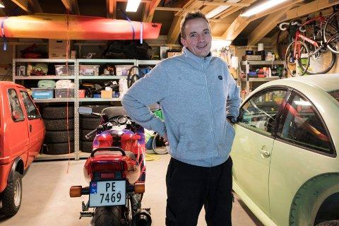 MOTORSYKLER: Vidar Karlsen (52) har hatt interesse for motorsykler i mer enn 25 år. Dessuten er han utdannet bilmekaniker.