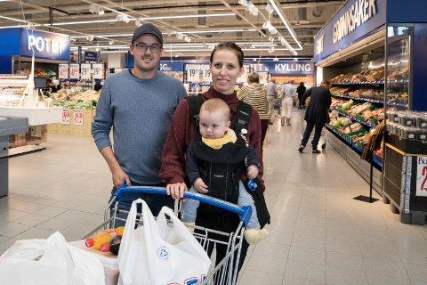 STORHANDEL: Ole Henrik Åsen (30) og Pia Pedersen Ørebekk (27) er tofaste kunder hos Rema 1000 på Eikli. De reiser en gang i uken fra Sokna for storhandel.