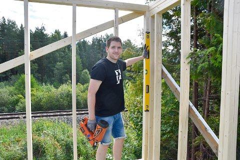 BYGGER STUDIO: Fredrik Breivik Jensen er i gang med å bygge sitt eget Youtube-studio i hagen.
