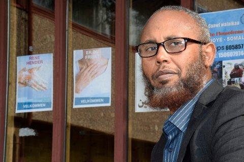 I SORG: Mohamed Bashir Jama Farah forteller at det muslimske miljøet er i sjokk etter den tragiske ulykken på riksvei 7 som krevde tre menneskeliv.