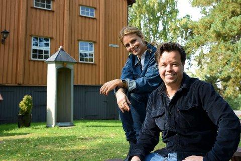 I SORG: Det er nesten ni måneder siden Ari Behn døde. Søsknene Anja Bjørshol og Espen Mathias Behn savner storebroren sin, men det gir de glede å få lov til å ta med kunsten hans videre. Denne helgen er de på Galleri Klevjer på Helgelandsmoen.