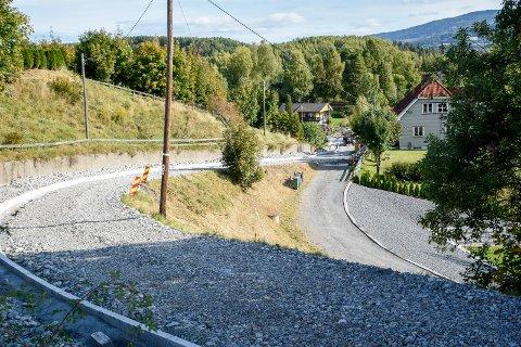 I SISTE LITEN: Sagaveien var i ferd med å gli ut før den ble gravd opp, og ny masse ble lagt. Når veien er ferdig, blir den enveiskjørt i retning fra Rabba mot Haldenjordet.