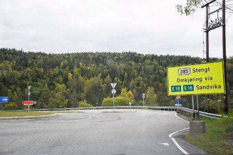 STENGT: Skiltet som viser at veien til Lier og Drammen er stengt, var på plass da Ringerikes Blad var på stedet fredag ettermiddag.