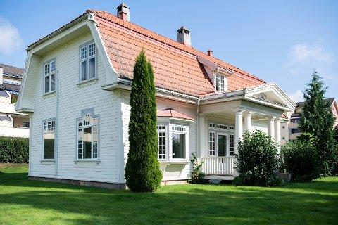 SELGES IGJEN: Sundgata 3 i Hønefoss er på markedet igjen, et drøyt halvår etter at Tronrud Eiendom kjøpte tilbake villaen fra Erik Johan Anfinsen og Grete Nystad.
