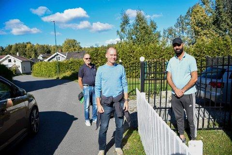 UTRYGT: Knut Christoffersen og Olav Høgset fikk høre om hvordan Mohammed Ghanen ikke tør annet enn å kjøre barna til skole fra huset i Rabbaveien.