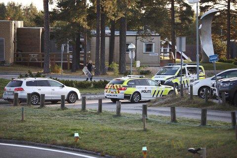 FIKK RASKT KONTROLL: Politiet fikk raskt kontroll på en utagerende mann med en knivlignende gjenstand utenfor sykehuset.