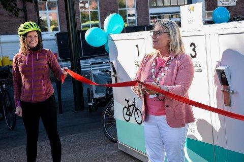 ÅPNINGEN: Mens ordføreren brukte saksen, holdt Bente Elsrud Anfinnsen snora ved åpningen i september. Nå håper hun flere oppdager sykkelskapene.