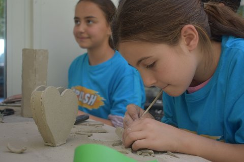 Elevene lager drømmehus av leire.