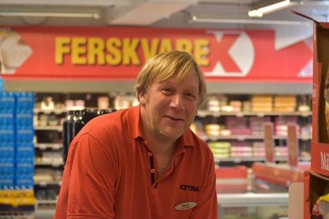 SALG: Coop Extra på Jevnaker har opplevd en økning i ølsalget på 80 prosent i sommer. – Øl er den nye vinen, sier assisterende butikksjef, Brede Gundersen. Foto: Rune Pedersen