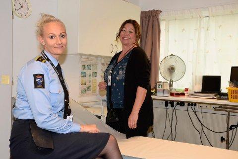 Fengselsinspektør Stine Berger og avdelingsleder for helseavdelingen Ann-Elisabeth Birkeland samarbeider om å få til et best mulig helsetilbud for de innsatte ved Ringerike fengsel.