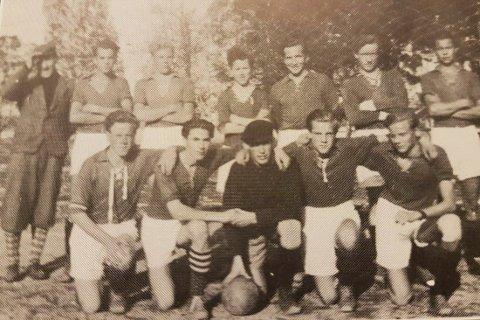 MESTER: Tubben ble kretsmester for IF Livs juniorlag i 1945. Her er Tubben i midten på nederste rad, ikledd keeperdrakt.