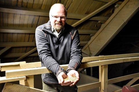 KORN: Håkon Lindstad metter mange munner med sin kornhøst.