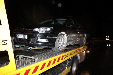 BILULYKKE: Det var ikke store materielle skader etter bilulykken på E16 ved Garntangen i Hole fredag kveld. Ulykken skapte mye kø begge veier.