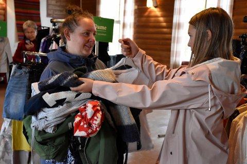 KLESFANGST: Både mamma Siv Janne Eriksen og datteren Hanna satte stor pris på utvalget på klesbyttedagen på Bøndernes lørdag og sikret seg gjeve plagg.
