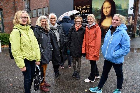 LANGVEISFRA: Denne venninnegjengen hadde tatt turen fra Nøtterøy for å oppleve  kunst, både på glassverket og Kistefos. - Dette har vi planlagt lenge, sa Karin Ausen, Anne Line Stenberg, Kari Korneliussen, Karina Hansen, Mette Evensen og Tone Løvold.