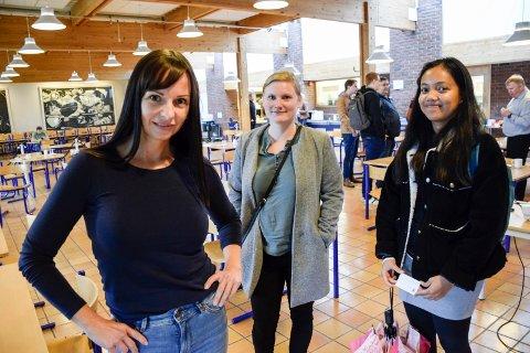 PRESENTERTE SEG: Linn Grete Sandum utfordrer studenter i Hønefoss til å utvikle en app-løsning til bedriften hennes. Spennende, synes Anette Mosengen Stensland og Hannah Singueo.