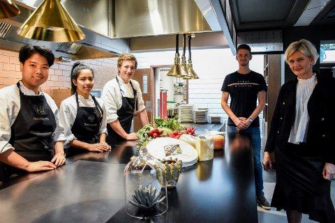 LÆRLINGER: Cecilie Laeskogen og kjøkkensjef Fredrik Røine er svært glade for å ha tre lærlinger på plass på Sundvolden hotel. Get Hollum og Am Pinthongkam er på kjøkkenet, mens Emeric Gjerdalen (bakerst) er i resepsjonist-lære.