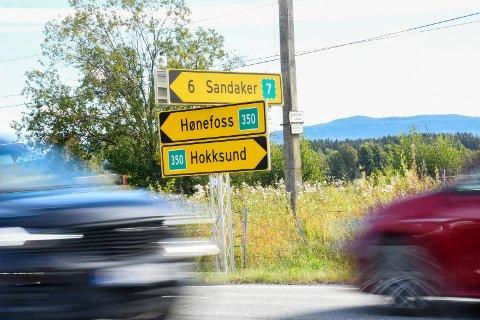 NYTT NUMMER: Riksvei 35 har fått en ekstra null, og har blitt til riksvei 350. Her fra et veikryss på Ask.