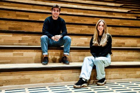 GLEDER SEG: Eirik SJøblom og Tonje Blakstad håper amfiet i den nye salen på Ringerike Videregående kan fylles av publikum på russserevyen 2021.