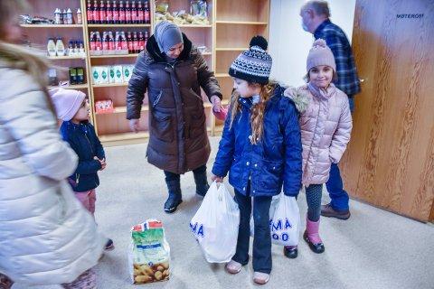 BÆREHJELP: Mamma Aliaa Alkozam fikk hjelp av døtrene Nagam (5), Sara (8) og Amal (9) for å bære hjem varene. - Dette kommer godt med, sier fembarnsmoren, som venter sitt sjette barn snart.