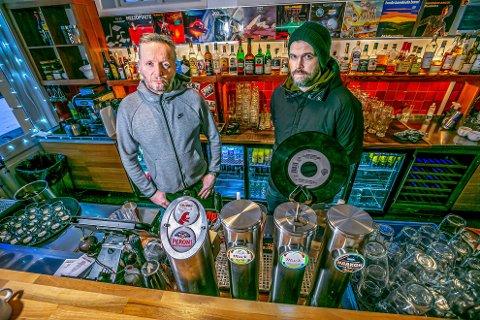 FRUSTRERTE: Frank Reithe og Pål Markussen skjønner lite av de fortsatt må ha tappekranene for øl stengt på barene i Tromsø.