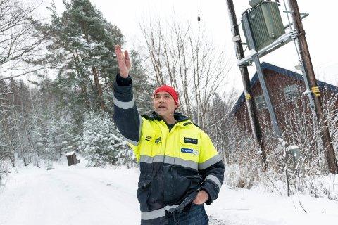 UTSATT: Et større snøfall nå kan skape problemer på høyspentlinjene. Morten Sjaamo, leder for driftssentral og beredskap i Ringerikskraft, har mange på vakt de neste dagene.
