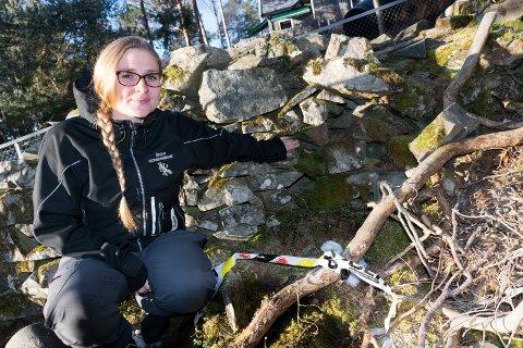FUNNET HER: Mellom steinene i den gamle muren, rett utenfor Åsatua naturbarnehage, fant Beate Lothe og barna en gammel granat fra andre verdenskrig. Politiet sperret av området mandag.