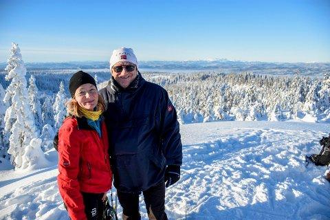 DRØMMETUR: Hege Seljelid og Pål Zubi på toppen av Breiliflaka, 702 meter over havet. Herfra har de utsyn mot Norefjell, over Tyrifjorden, og over store deler av Ringerike og omegn.