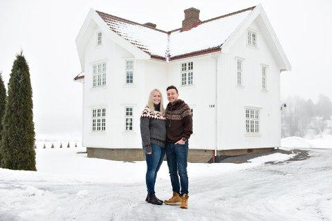 MUMMIHUSET: Tonje og Christian Kjeksrud foran det ungene på skolen i Tingelstad kaller mummihuset på grunn av fasongen og høyden. Boligen på Enger – tidligere Knutstad – i Fjordlinna 146 er fra 1922.