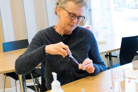 I GANG: Smittevernleder Kristin Andresen og de andre ved koronakontoret i Ringerike opplever stor pågang av spørsmål om koronavaksinering.  Alle vil bli kontaktet når det er deres tur, forsikrer de.