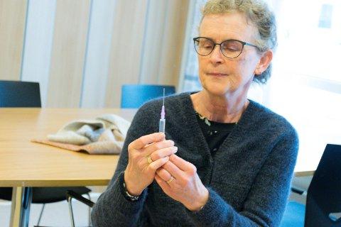 NØYAKTIG: Kristin Andresen gjør seg klar til å sette den første koronavaksinen på Hønefoss omsorgssenter.