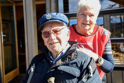 POPULÆR TURARRANGØR: Sverre Steinbakken (87) setter stor pris på at Dagny Sjursdotter tar med folk på tur.