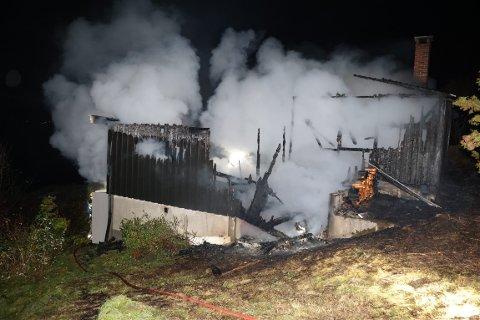 KUNNE IKKE REDDES: Hytta var overtent da brannvesenet kom fram.