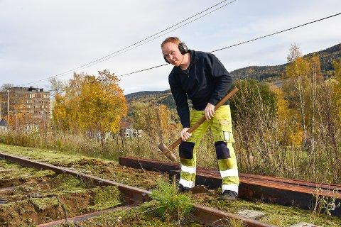 FÅR PRØVE SEG: Banemester Jan-Erland Asbjørnhus får prøve seg med slegga.