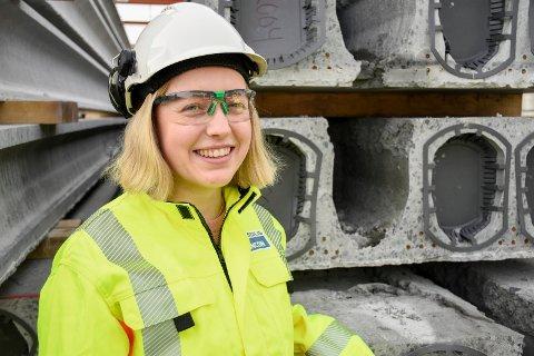 FANT DRØMMEJOBBEN: Hanne Bråtømyr står her ute ved noen av hulldekkene hun ser så mye til på dataskjermen i det daglige. Den nyutdannede bygningsingeniøren har fått drømmejobben som trainee hos Spenncon i Hønefoss.