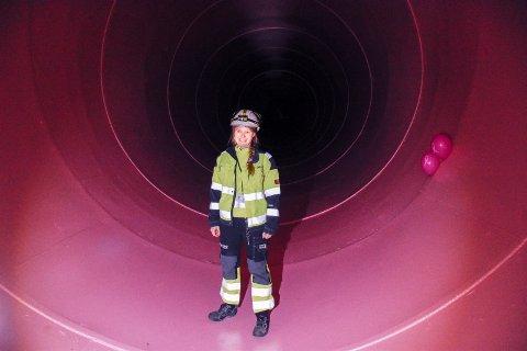 ROSA FARGE: Kristine Gjøsæter midt inne i røret hvor det skal fosse 92.000 liter i sekundet på det meste. Fargen som er valgt er i hvert fall frisk!