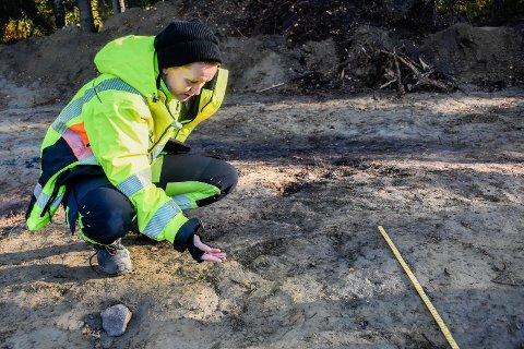 BEINFRAGMENTER: Anette Sand-Eriksen og kollegene hennes finner store mengder beinfragmenter i gravhaugene ved Svingerud.