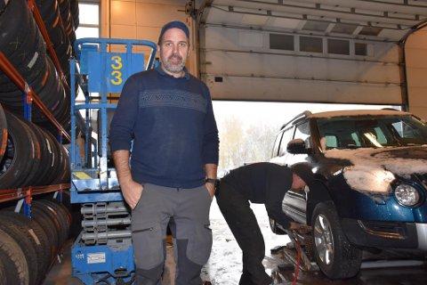 JOBBER HARDT: Arve Nordskog og Edvard Myrli jobber hardt for at så mange som mulig skal få skiftet til vinterdekk på dekkverkstedet. Til sammen skifter de dekk på cirka 150 biler per dag.