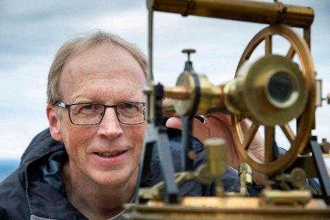 IMPONERT: Sveinung Engeland er imponert over jobben tidligere tiders landmålere gjorde. De jobbet seg så å si meter for meter innover i landet, med utstyr som denne teodolitten fra 1825.