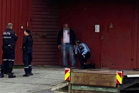 BRØT BESØKSFORBUD: Her blir mannen i 30-årene pågrepet av politiet. Han er mistenkt for å ha brutt et besøksforbud og skallet ned en kvinne.