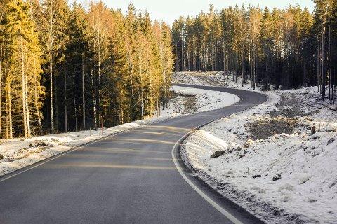 RETTES UT: Svingene i området ved Moesmoen skal rettes ut, og det blir gang- og sykkelvei.