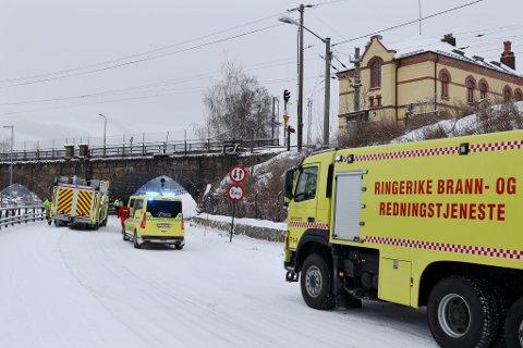 UNDER BRUA: To personbiler kolliderte under jernbanebrua rett ved Hønefoss stasjon i 16-tiden mandag.
