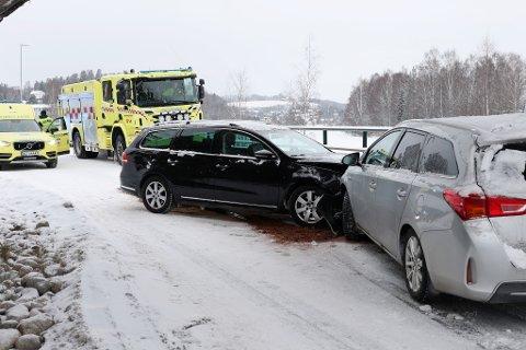 KOLLISJON: To personbiler klarte ikke å unngå sammenstøt på Soknedalsveien mandag ettermiddag.