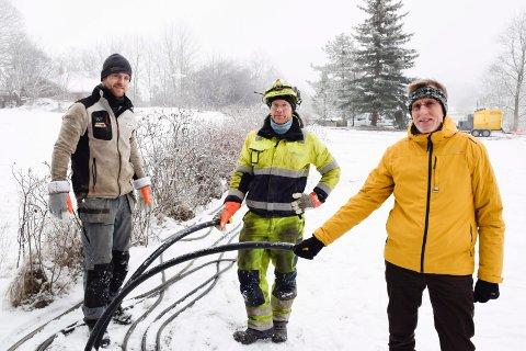 RØR: Prosjektleder Tom Berg-Leirvåg (fra høyre) , Magnus Gran og Marius Sigvartsen viser fram noen av varmerørene. De to sistnevnte jobber i Østlandet Brønn og Energiboring fra Horten, som er underentreprenør i prosjektet.