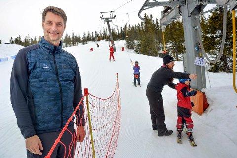 Destinasjonssjef Marius Arnesen forteller at det pr. i dag er ledige skikort til Norefjell Skisenter, men oppfordrer samtidig gjestene til å sjekke på nettet om det er ledige kort å få kjøpt før de setter seg i bilen i vinterferien.