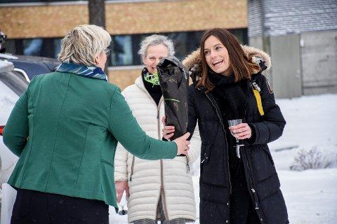 BLOMSTER VED ÅPNINGEN: Legevakt-leder Kine Mauseth fikk blomster av samhandlingskoordinator Cecilie Øyen i Ringeriks-regionen.