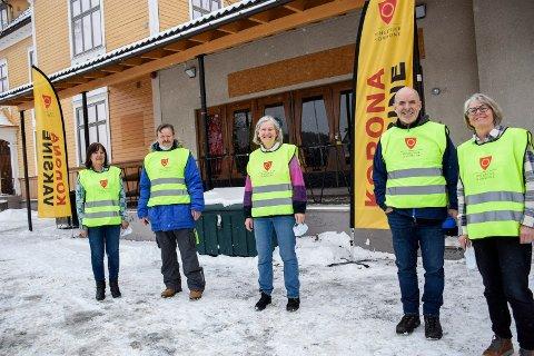 GLADE FRIVILLIGE: Kristin Rundtopp, Knut Rundtopp, Kari Ranke Bjørnstad, Odd-Bjørn Vatne og Kristin Kjærnlie synes det er flott å kunne bidra frivillig til vaksineringen.
