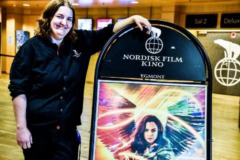 """FILMKLAR: Kinosjef Katrine Wang Svendsen viser fortsatt """"Wonder Woman 1984"""". Snart kommer flere premierer."""